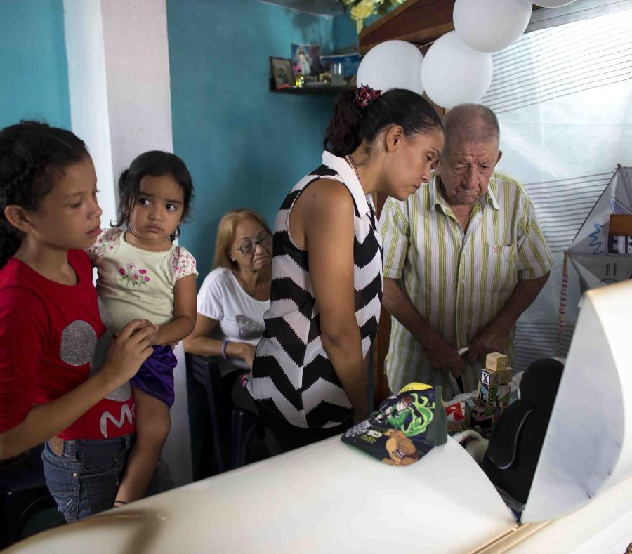 El funeral de Erick Altuve el 28 de mayo del 2019 en Caracas. Altuve, de 11 años, murió de cáncer porque no le realizaron un trasplante de médula. (AP Photo/Ariana Cubillos) (semisquare-x3)