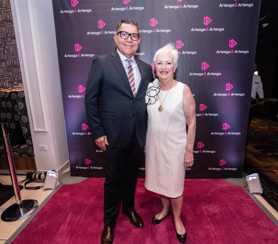 Juan Arteaga junto a su esposa Grisel Arteaga, fundadores de la agencia local de publicidad Arteaga & Arteaga. (Suministrada) (semisquare-x3)