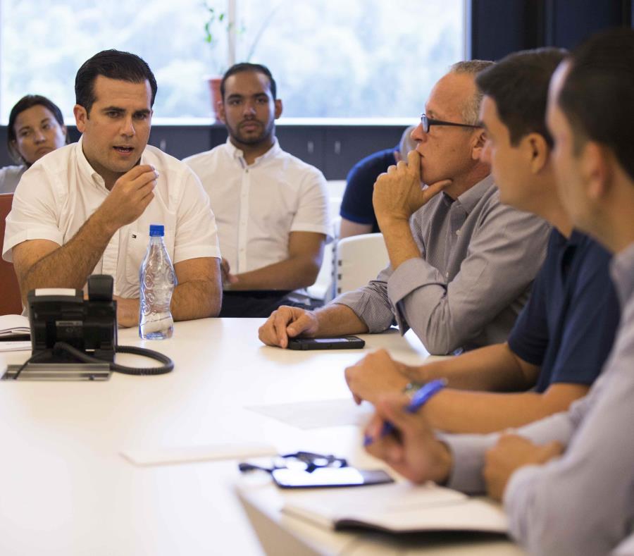 El gobernador Ricardo Rosselló se reúne con Rolando Ortiz, alcalde de Cayey y presidente de la Asociación de Alcaldes, así como Carlos Molina, alcalde de Arecibo y presidente de la Federación de Alcaldes. (GFR Media) (semisquare-x3)
