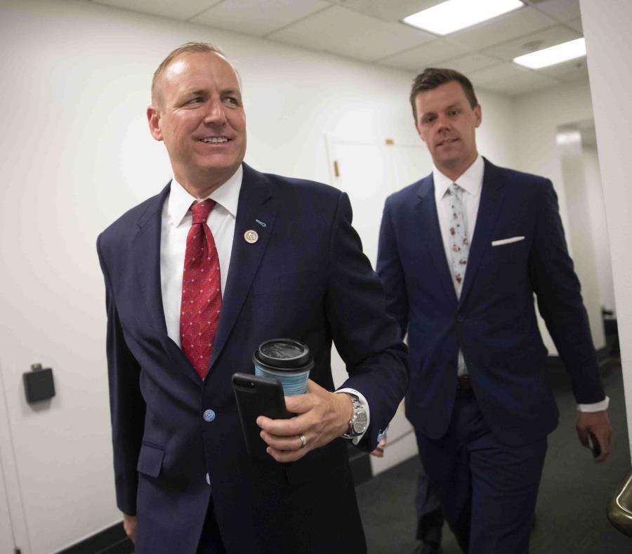 El representante Jeff Denham llega al Capitolio para una reunión con miembros del Partido Republicano. (AP / J. Scott Applewhite) (semisquare-x3)