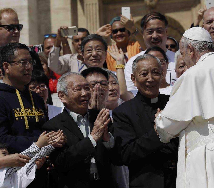 Los aproximadamente 12 millones de católicos chinos están divididos entre los adscritos a la Iglesia oficial y los que siguen una Iglesia clandestina leal al papa. (semisquare-x3)