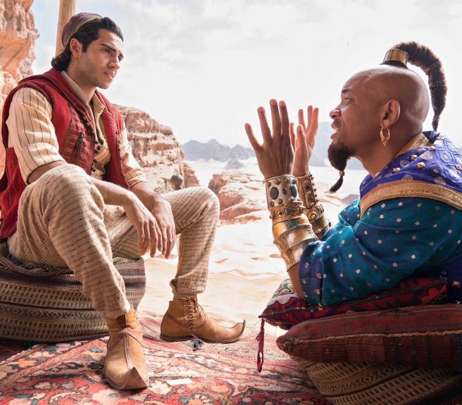 El filme ya estrenó en Puerto Rico. La imagen muestra a los actores Mena Massoud (izquierda) como Aladino y Will Smith (derecha) como el genio de la lámpara maravillosa. (EFE/Daniel Smith/Disney) (semisquare-x3)