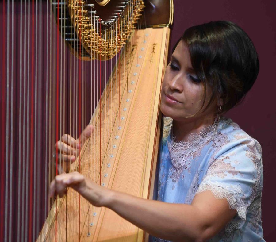 Durante el recital, Elisa Torres compartió con los presentes algunas curiosidades del arpa, como que la suya mide seis pies y pesa ochenta libras. (semisquare-x3)