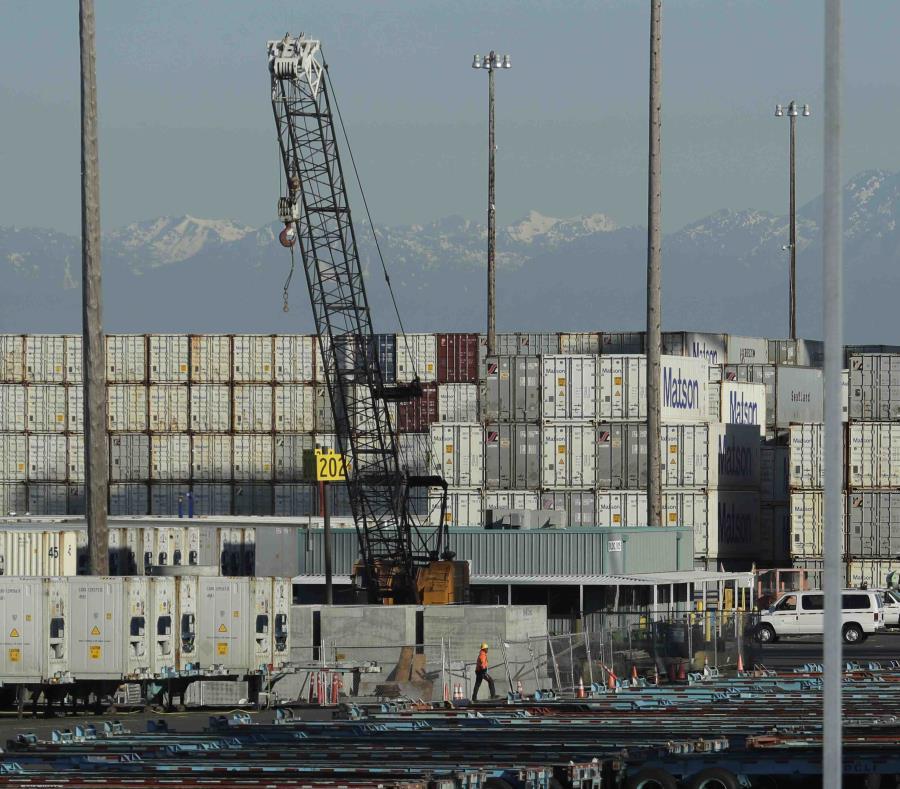 Numerosos contenedores de carga están listos para ser subidos a vehículos de transporte en el puerto de Tacoma en Washington el viernes 10 de mayo de 2019