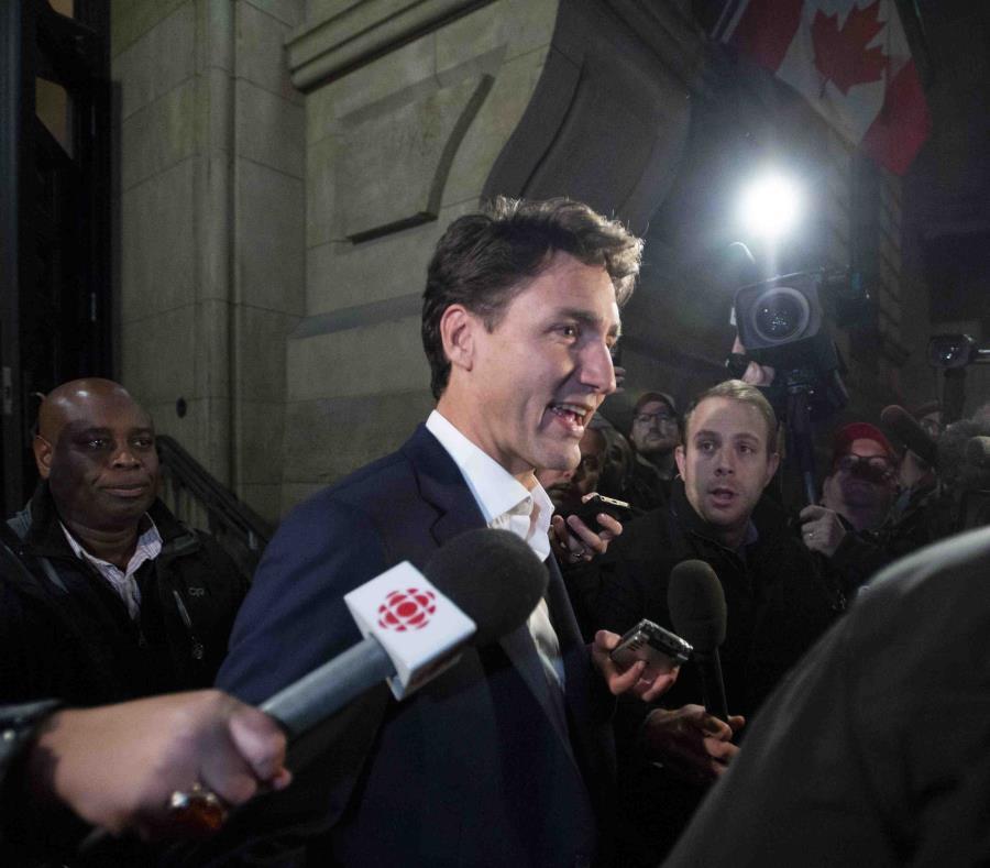 El primer ministro de Canadá, Justin Trudeau, sale de su oficina después de alcanzar un acuerdo en las renegociaciones del TLCAN en Ontario. (AP) (semisquare-x3)