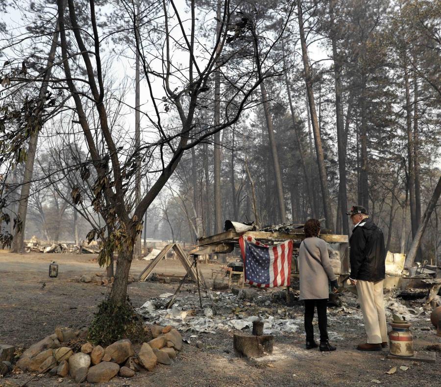 El presidente Donald Trump habla con la alcaldesa Jody Jones mientras visita una zona afectada por los incendios forestales. (semisquare-x3)