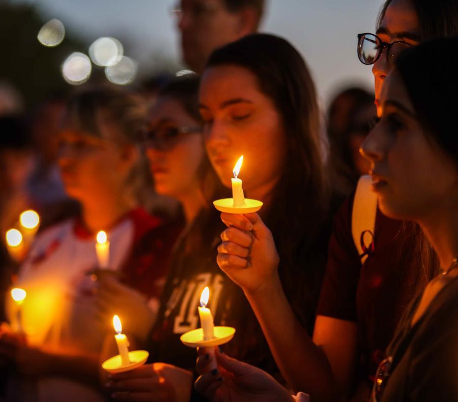 Cientos de personas se reunieron al año de la matanza para realizar una vigilia. (Carla D. Martínez / Especial GFR Media) (semisquare-x3)
