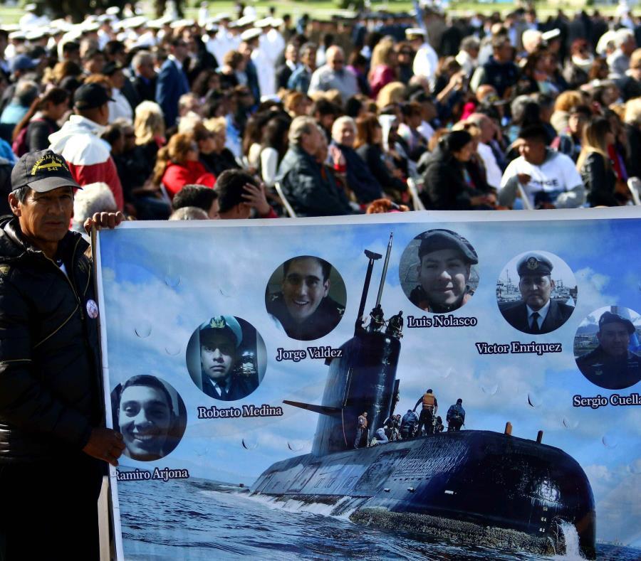 Un hombre sostiene una pancarta con imágenes de algunos tripulantes del submarino argentino ARA San Juan. (EFE / Eduardo López) (semisquare-x3)