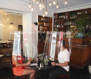 Restaurantes europeos se ponen creativos para reabrir durante la pandemia