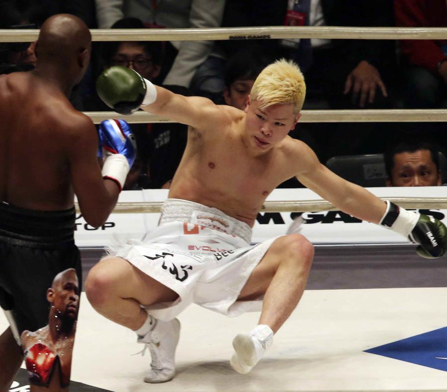 Floy Mayweather frente a Tenshin Nasukawa. (AP) (semisquare-x3)