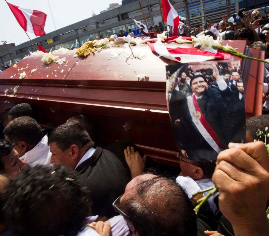 Personas cargan el féretro del expresidente peruano Alan García en la