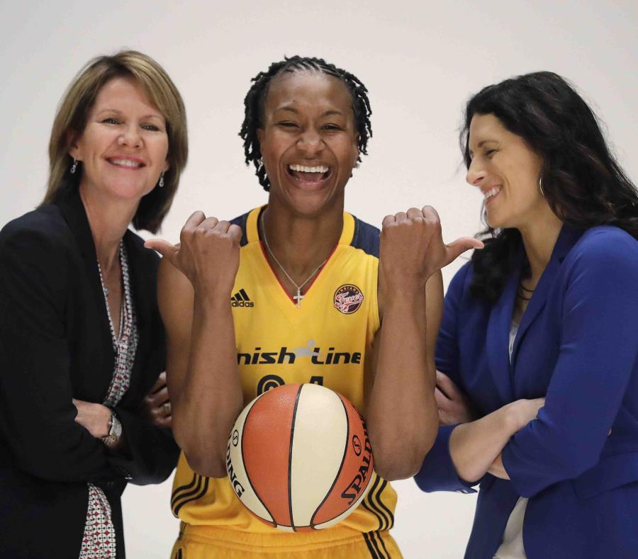La jugadora Tamika Catchings, centro, del Fever de Indiana, bromea con la presidenta y gerente general del equipo, Kelly Krauskopf, izquierda, y la coach Stephanie White, durante un evento de la WNBA ante los medios, en Indianápolis. (AP) (semisquare-x3)