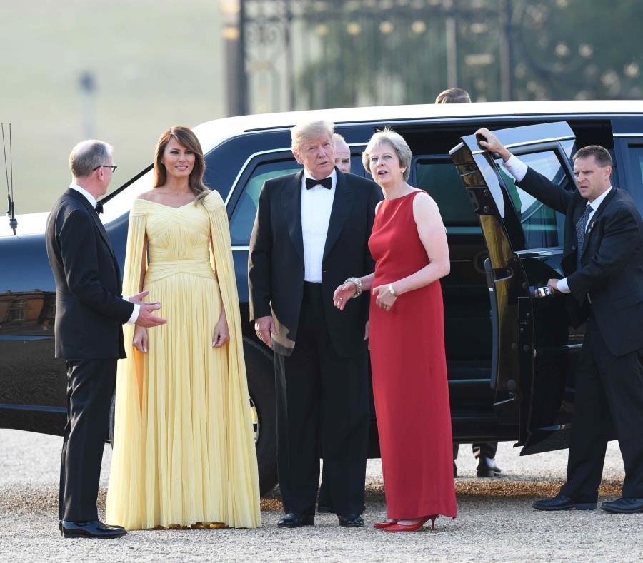 Donald Trump y su esposa, Melania, son recibidos por la primera ministra de Inglaterra, Theresa May (traje rojo). (EFE / Geoff Pugh) (semisquare-x3)