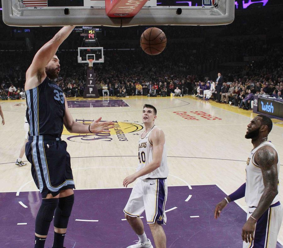 El español Marc Gasol, de los Grizzlies de Memphis, realiza una clavada frente a Ivica Zubac, de los Lakers de Los Ángeles, el domingo 23 de diciembre de 2018 (AP) (semisquare-x3)