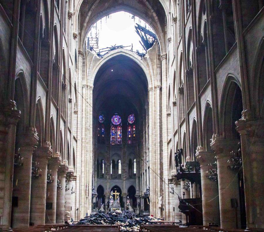 Un agujero en el domo dentro de la catedral de Notre Dame, en París (semisquare-x3)