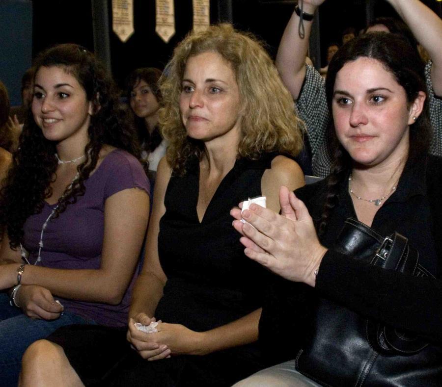 Vivian Gándara, al centro junto a sus hijas Vanessa (izq.) y Viviana, falleció este jueves de forma repentina a causa de un cáncer que le fue diagnosticado hace unas tres semanas. (semisquare-x3)