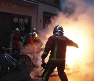 París reabre museos y limpia las calles tras disturbios
