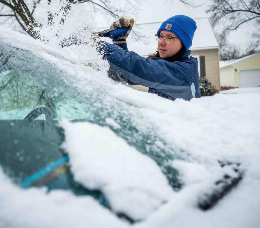 Colleen Streefland quita la nieve de su automóvil durante una nevada el sábado 14 de abril de 2018 en Rochester, Minnesota. (semisquare-x3)