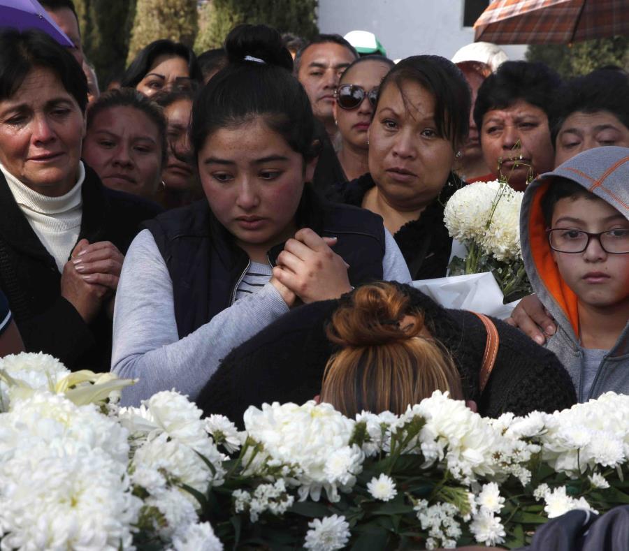 Los pobladores de Tlahuelilpan entierran a sus muertos tras la trágica explosión en una toma clandestina de gasolina. (AP) (semisquare-x3)
