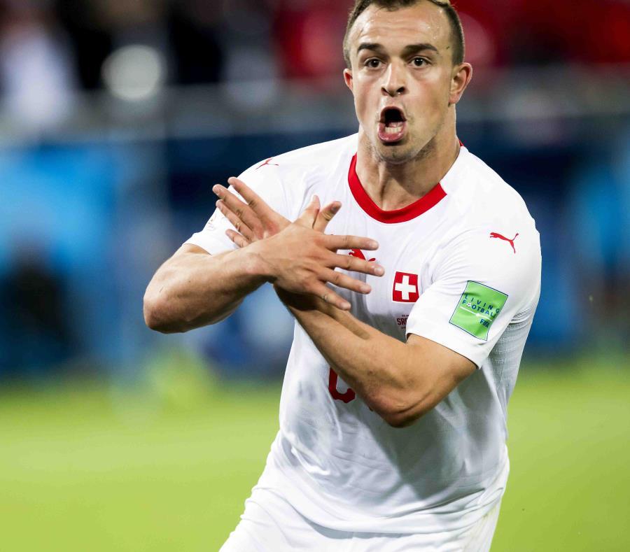 Xherdan Shaqiri, de Suiza, destaja un gol contra Serbia haciendo con las manos el símbolo del águila bicéfala en la bandera de Albania. (AP) (semisquare-x3)