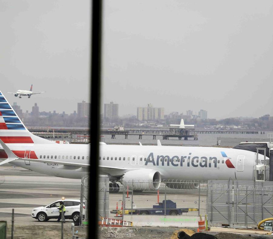 Un Boeing 737 Max 8 de American Airlines aguarda en una puerta de abordar en el Aeropuerto LaGuardia de Nueva York. (AP/Frank Franklin II) (semisquare-x3)