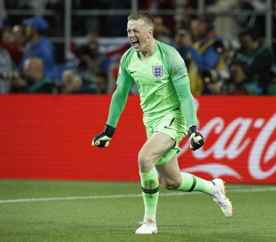 El portero de Inglaterra  Jordan Pickford celebra durante la tanda de penales entre Inglaterra y Colombia. (AP) (semisquare-x3)