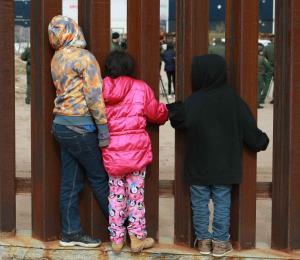 Congresistas de Estados Unidos asisten a migrantes en la frontera con México