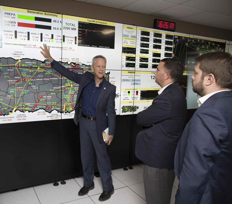 José Ortiz, al centro, muestra a los congresistas cómo marchan las labores para mejorar la red eléctrica. (Suministrada) (semisquare-x3)