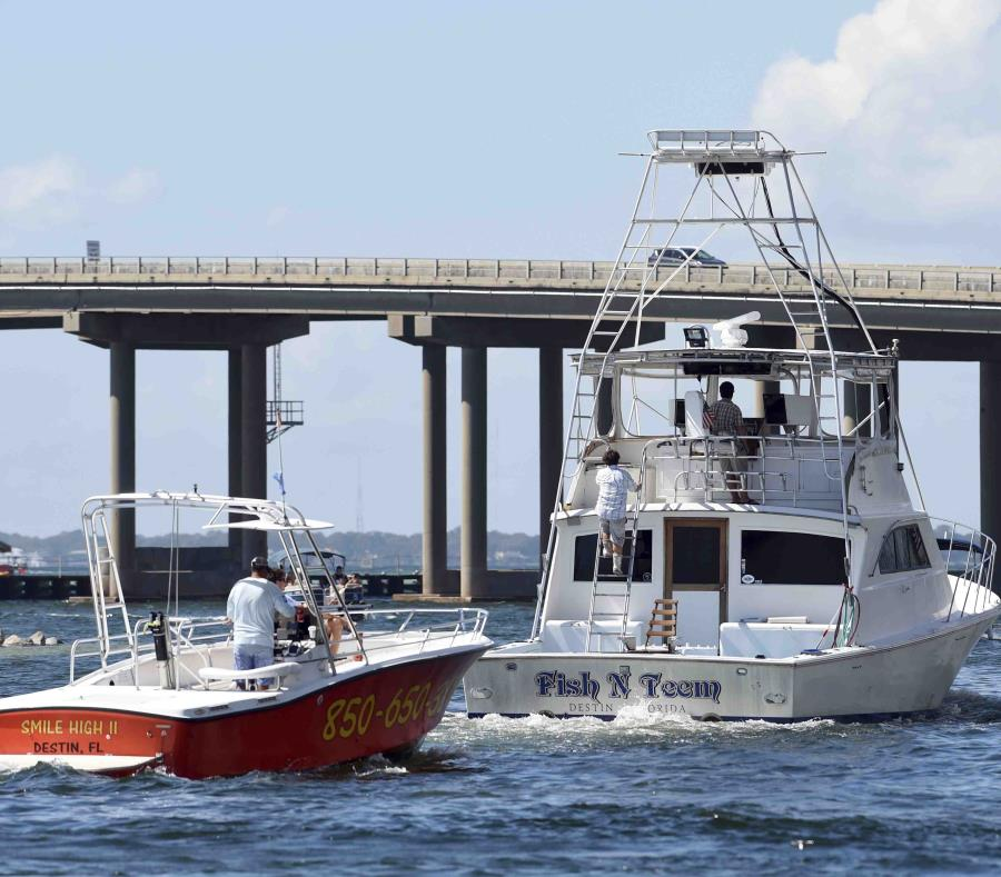 Embarcaciones comerciales abandonan el muelle de Destin, en Destin, Florida, antes de la llegada del huracán Michael. (AP) (semisquare-x3)