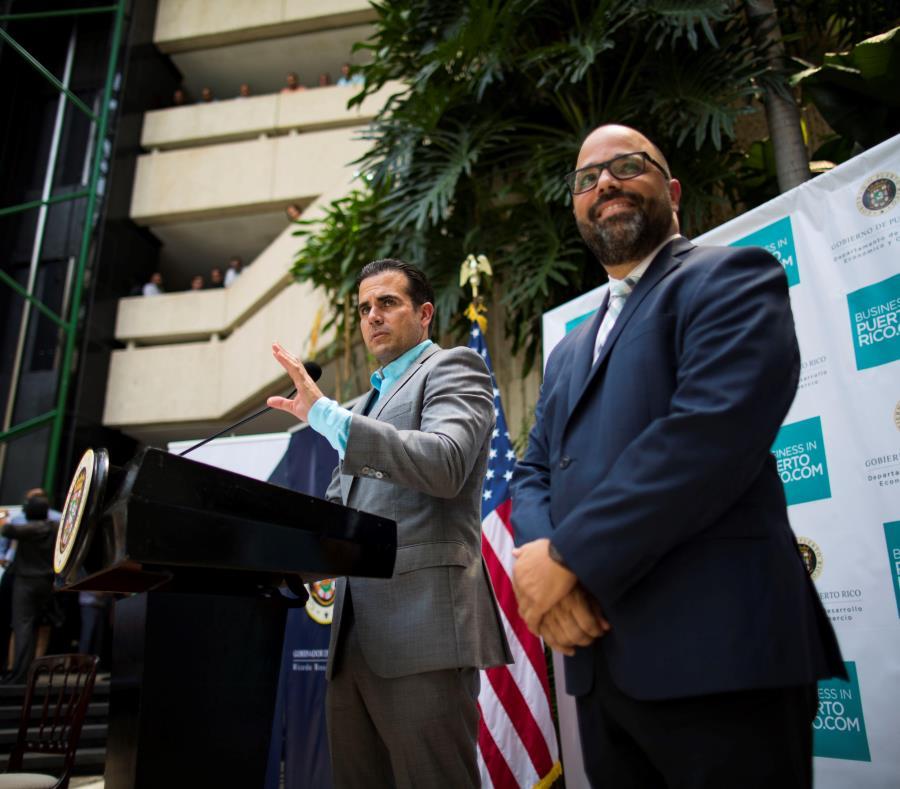 El secretario del DDEC, Manuel Laboy (derecha, junto al gobernador Ricardo Rosselló), dijo que la consolidación de agencias bajo su sombrilla se llevará a cabo sin el despido de empleados públicos. (semisquare-x3)