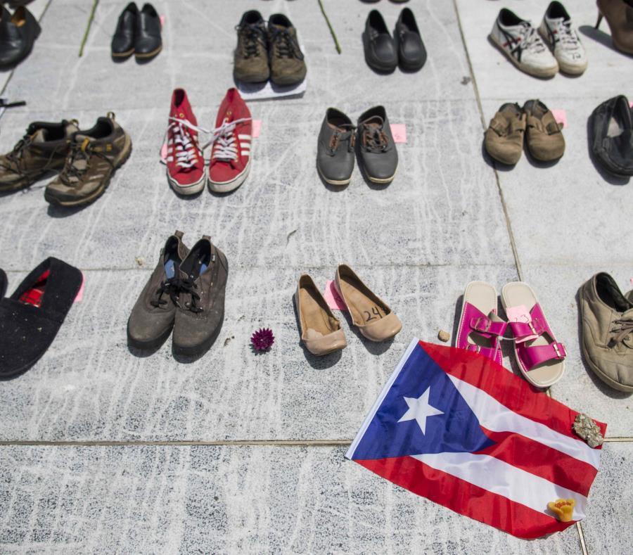 En la foto, zapatos ubicados frente al Capitolio por los muertos a causa del huracán. (GFR Media) (semisquare-x3)