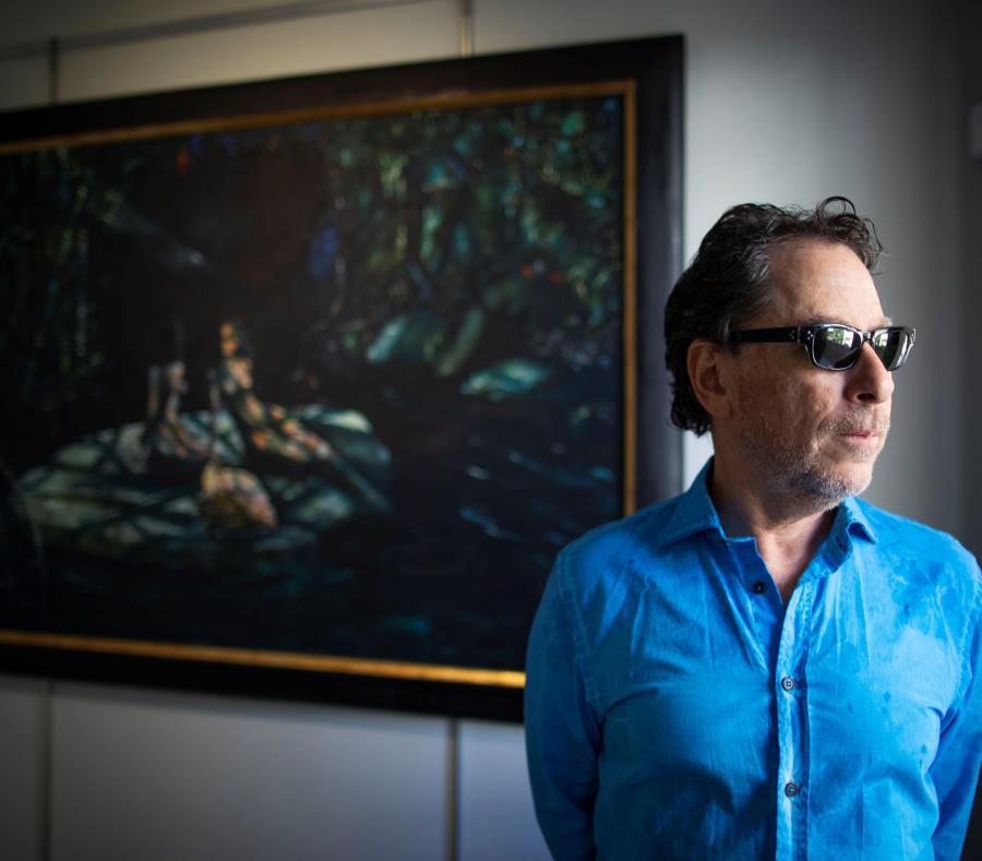 """Jorge Zeno junto a su pieza """"Sombra de caracol"""", pieza de su llamado """"periodo azul"""". (semisquare-x3)"""