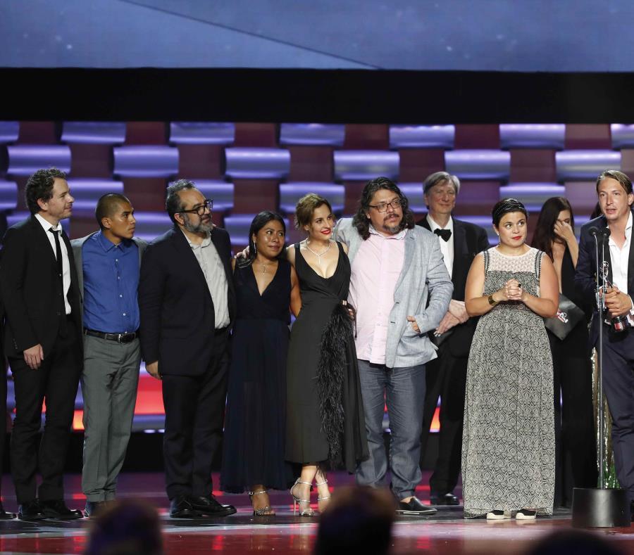 El elenco de la película Roma durante la premiación (semisquare-x3)