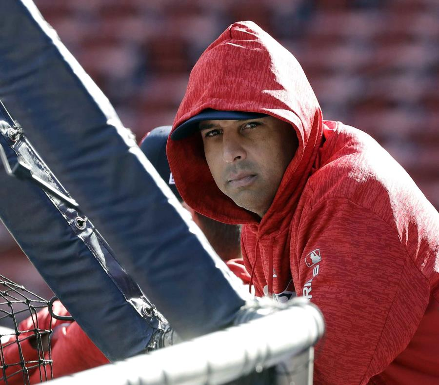 Alex Cora durante una práctica de bateo de los Medias Rojas de Boston. (AP) (semisquare-x3)