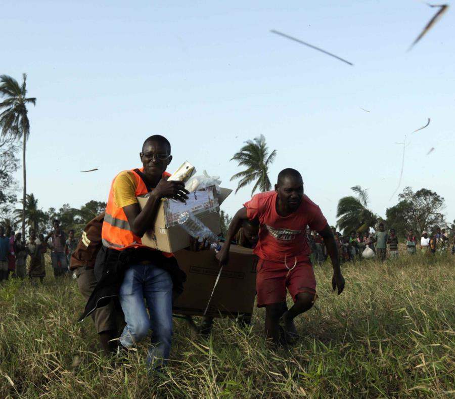 En la imagen, miembros de la comunidad ayudan a un doctor que lleva cajas con suministros médicos. (AP) (semisquare-x3)