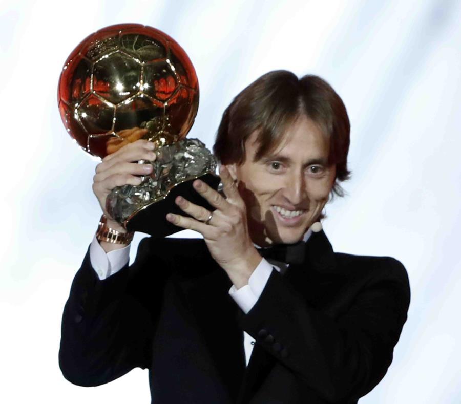 Luka Modric celebra el Balón de Oro. (AP / Christophe Ena) (semisquare-x3)
