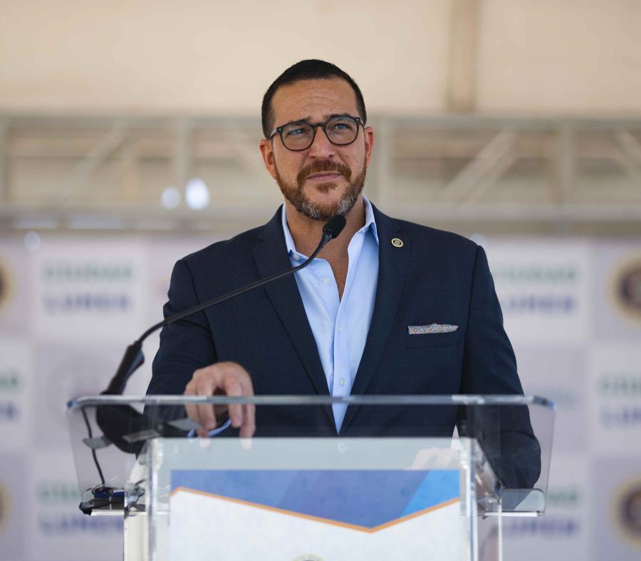 El secretario de la Vivienda Fernando Gil Enseñat entregó títulos de propiedad a unas 200 familias. (semisquare-x3)