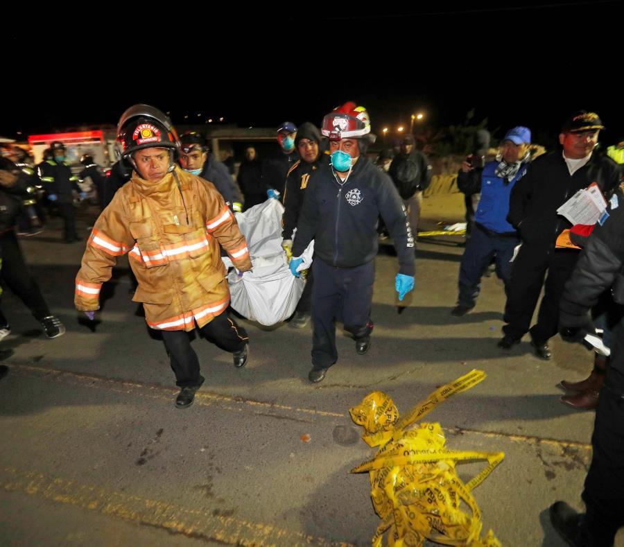 Bomberos levantan el cadáver de un hombre para trasladarlo a una morgue después de que la víctima muriera arrollada por un vehículo de transporte pesado en Guatemala (semisquare-x3)