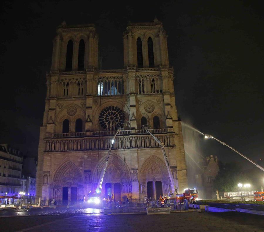 Bomberos parisinos intentan apagar el fuego en la catedral de Notre Dame. (AP) (semisquare-x3)