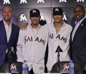 Los hijos de Víctor Mesa firman contrato con los Marlins de Miami