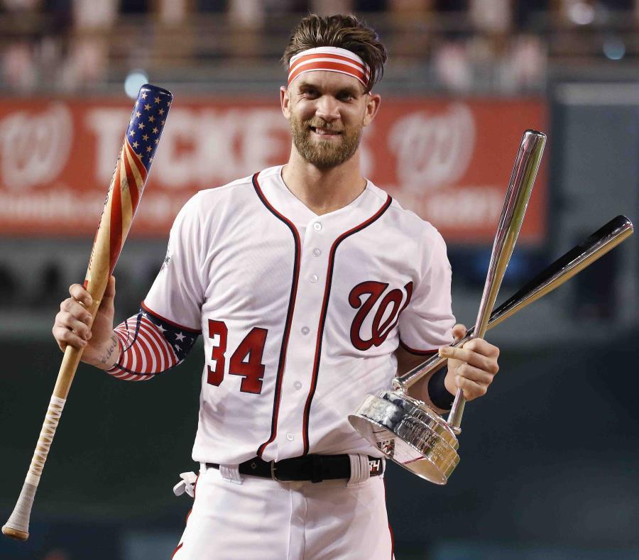 Bryce Harper, de los Nacionales de Washington, muestra su trofeo. (AP) (semisquare-x3)