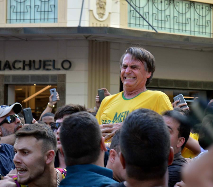 Operan de emergencia al candidato apuñalado en Brasil (semisquare-x3)