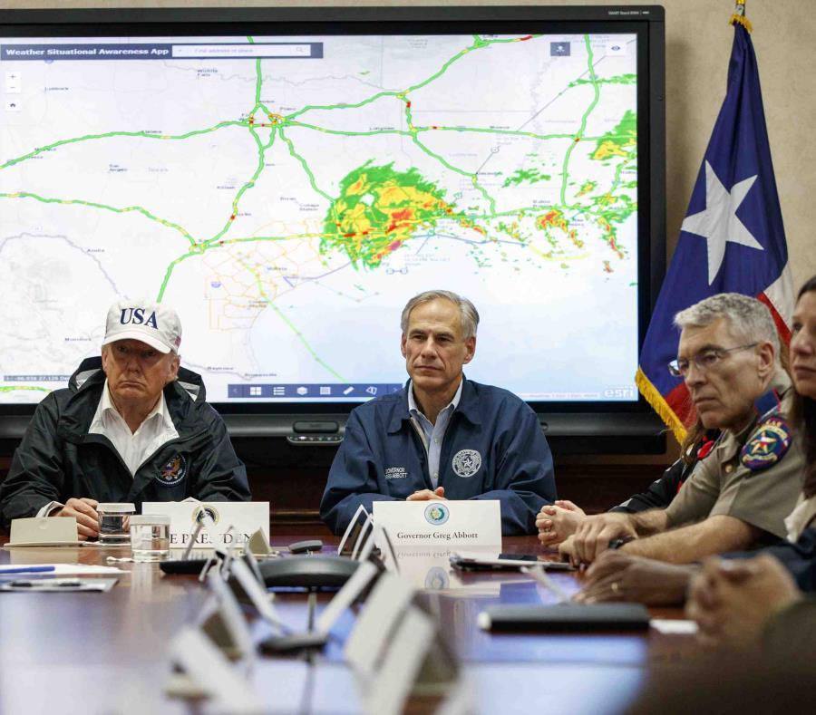 Foto de archivo en la que el presidente Donald Trump, acompañado por el gobernador de Texas Greg Abbott, habla durante una sesión informativa sobre los esfuerzos de socorro del huracán Harvey. (AP) (semisquare-x3)
