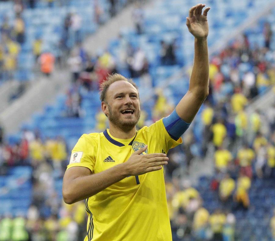 Andreas Granqvist, de la selección de Suecia, agradece a los hinchas tras la victoria sobre Suiza en los octavos de final de la Copa del Mundo. (AP) (semisquare-x3)