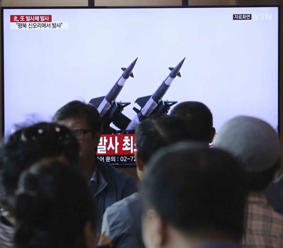 Un grupo de personas observa un televisor en el que se emiten imágenes de archivo de misiles norcoreanos. (AP) (semisquare-x3)