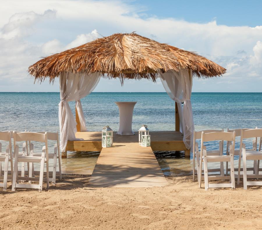 La hospedería estrenó un gazebo en la playa, que será reservado para la celebración de bodas y para masajes frente al mar. Abajo, el remodelado Salón Copa, con capacidad para acomodar a unas 120 personas (semisquare-x3)