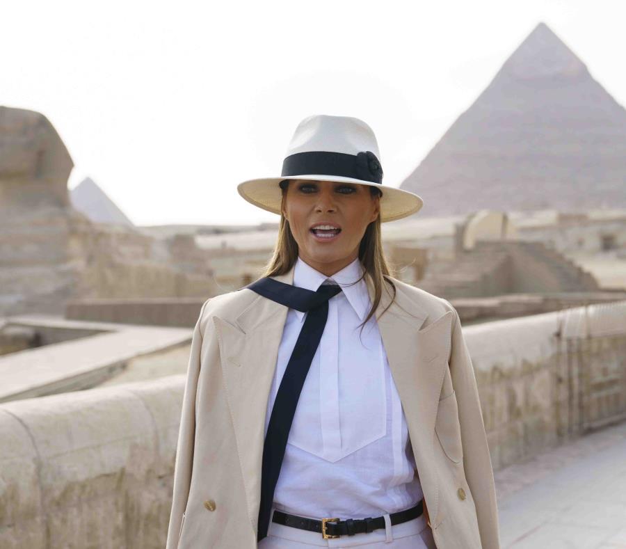 Durante su estancia en Egipto, Melania visitó entre las famosas pirámides de Guiza y posó frente a la Gran Esfinge. (AP) (semisquare-x3)