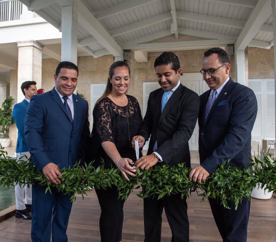 Desde la izquierda: José Torres, gerente general de St. Regis; Carla Campos, directora de la Compañía de Turismo de Puerto Rico; Fahad Gaffar, socio de Paulson & Co y José González Espinosa, gerente general de Marriott en Puerto Rico. (Suministrada) (semisquare-x3)