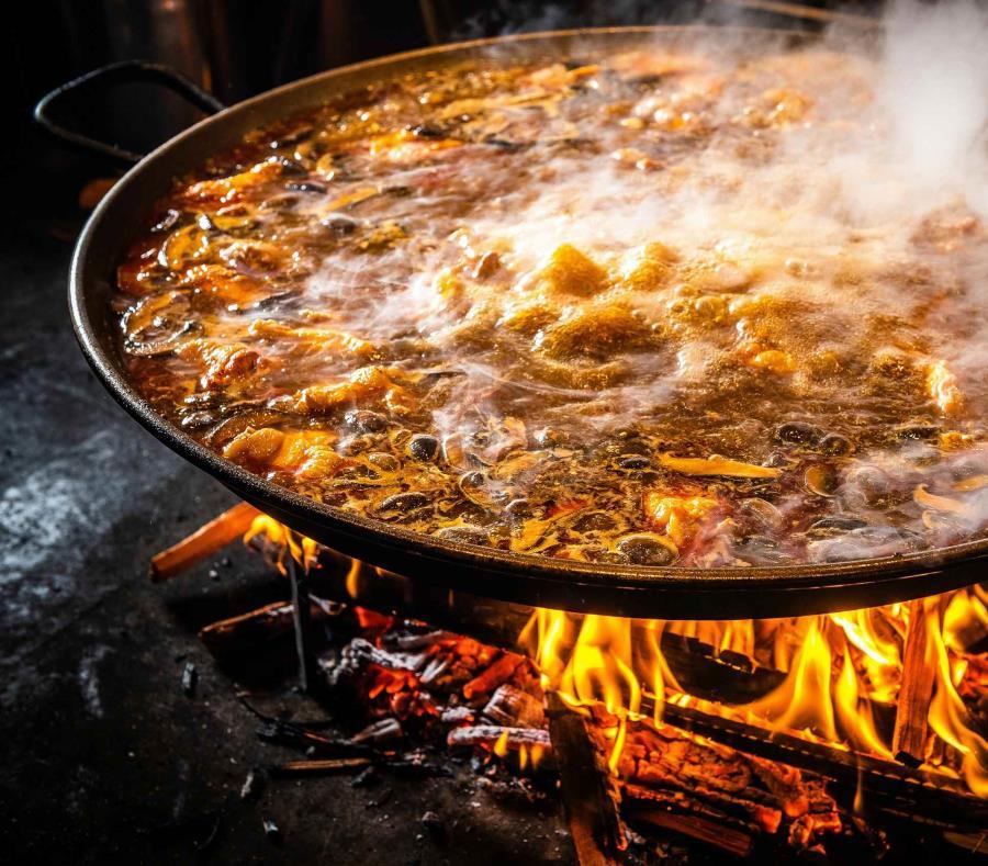 Jaleo ofrecerá una variedad de paellas auténticas cocinadas sobre una paellera con leña. (semisquare-x3)