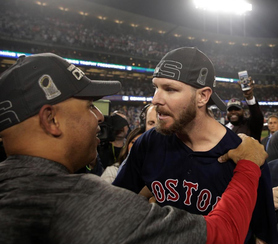 El dirigente puertorriqueño conversa con Chris Sale, quien cerró el histórico partido para Boston. (AP / Jae C. Hong) (semisquare-x3)